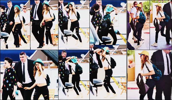 19/05/15 - L'anglaise Cara Delevingne a été photographiée à son arrivée dans la ville française de  Cannes. Plus tard, elle a été simplement aperçue retournant à son hôtel après un peu de shopping... Que pensez-vous des tenues ? Petits tops!