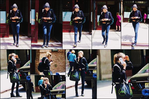 15/05/15 - Cara Delevingne a été vue quittant l'hôtel Bowery et attendant un taxis dans New York City. Miss Delevingne a repris son activité favorite, se cacher des photographes ! Côté tenue, je n'aime pas des masses le bonnet, dommage