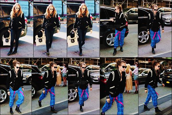 03/05/15 - Première sortie de mai, Cara Delevingne était seule dans les grandes rues de  New York City. Le lendemain, Cara sortait de nouveau d'une voiture mais aucune précision sur le lieu à par que c'était dans New York encore une fois.
