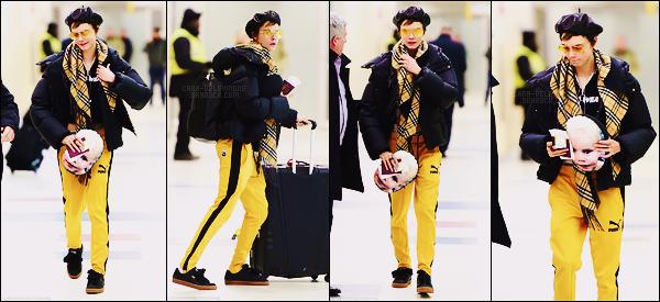 03/02/18 - Première sortie de l'année, Cara Delevingne a été vue arrivant à l'aéroport JFK de  New York. Très peu de photos, néanmoins ça fait plaisir. Tenue assez flashy pour Cara, tout sourire, qui portait du jaune, un petit top et vous ?