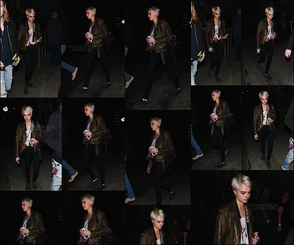 30/03/18 - Notre Cara Delevingne s'est rendue au concert de The Darkness avec un ami dans  Hollywood. Enfin un vrai candid ! J'aime beaucoup la tenue de Cara et la miss a changé de couleur de cheveux, top ou flop ? Pour ma part, j'aime !