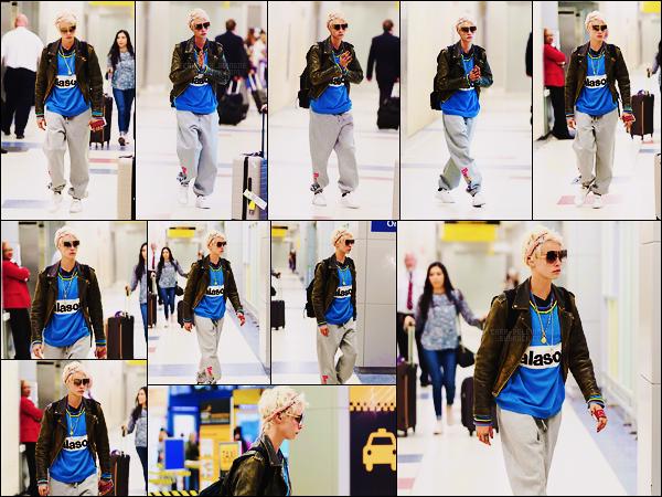 21/04/18 - Cara Delevingne a été aperçue alors qu'elle se trouvait à l'aéroport international JFK de  N-Y-C. Fini les escapades à Venise, Cara est de retour aux E-U. La tenue n'est vraiment pas belle, aucun effort mais toujours cutie cette angaise