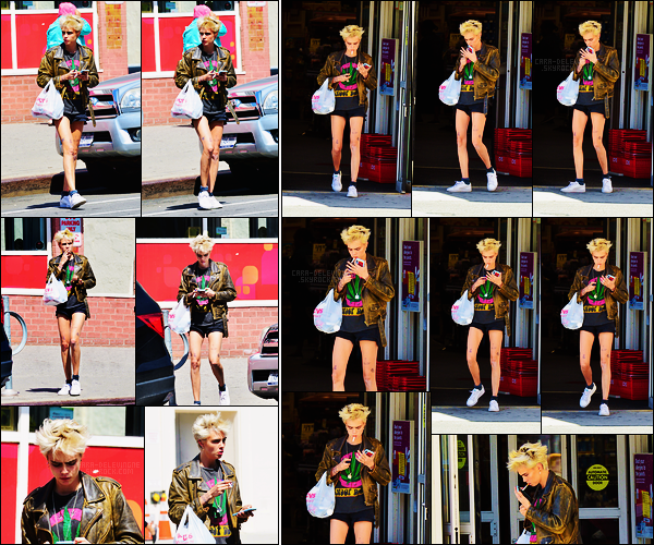 02/05/18 - Cara Delevingne a été aperçue, cigarette à la main, quittant un magasin situé dans New York. Look rock pour notre Cara, qui lui va très bien aux vues de ses cheveux courts. Je lui accorde enfin un top, elle commence bien le mois.