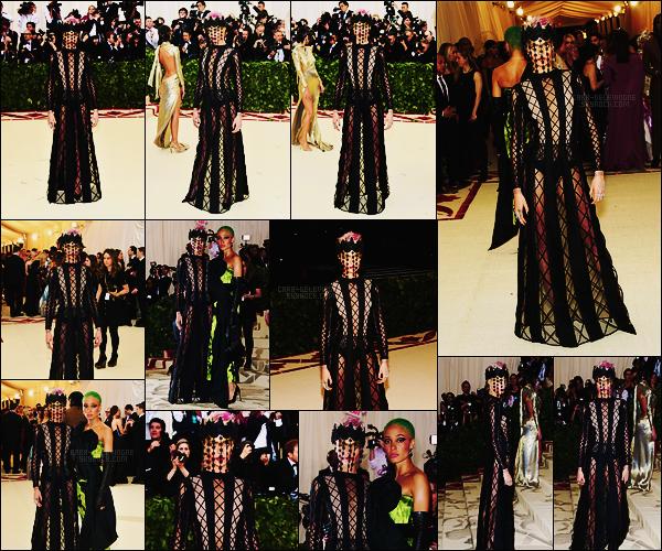 . ● Le 07/05, Cara Delevingne a foulé le tapis du prestigieux MET Gala en Dior, organisé à  New York !  .
