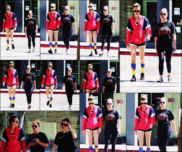 07/08/18 - Cara Delevingne avec Ashley et une autre amie  ont été vues quittant un spa,  West Hollywood Cara a ressorti les chaussettes moches, ce n'est pas la première fois qu'elle en porte, la tenue est un peu n'importe quoi... C'est un flop !