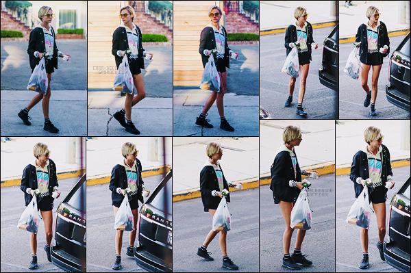 28/08/18 - Cara Delevingne a été faire un peu de shopping avec Ashley Benson, dans West Hollywood. Ashley n'est pas sur les photos mais elle était bel et bien là, avec un chiot trop mignon... mais d'ailleurs, où est Léo ? Côté tenue, un bof