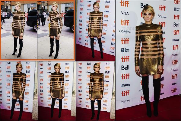 09/09/18 - Cara Delevingne est allée à l'avant première de Her Smell durant le Film Festival de  Toronto. Nouvelle affiche pour Cara ! J'aime assez la robe portée, bien qu'elle soit quand même limite dans les découpes de tissus... Un joli  top !