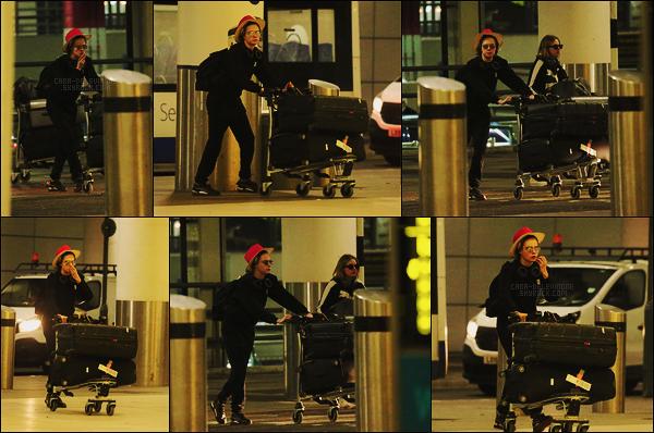 21/12/18 -  Cara Delevingne a été repérée arrivant, à l'aéroport Gatwick de Crawley, avec sa petite-amie. Les photos ne sont pas top néanmoins on a l'occasion d'avoir des nouvelles de notre poupée. Niveau tenue j'hésite entre bof et petit top