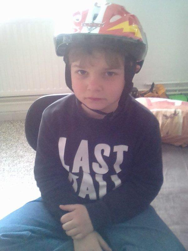 Mon garçon avec sont casque cars