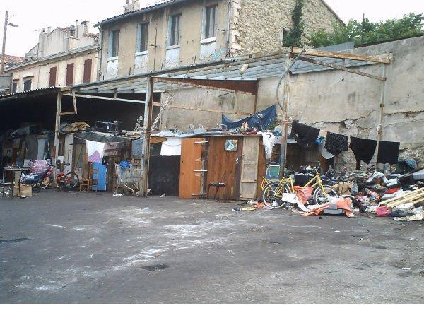Quartier Saint-Mauront toujours l'ensemble qui s'étend de la Rue Auphan jusqu'à la Rue de l'Amidonnerie il faut réagir !!! (13003)  bidonville habité par des personnes irrégulière et les maisons dérrière par des pauvre gens aussi .....