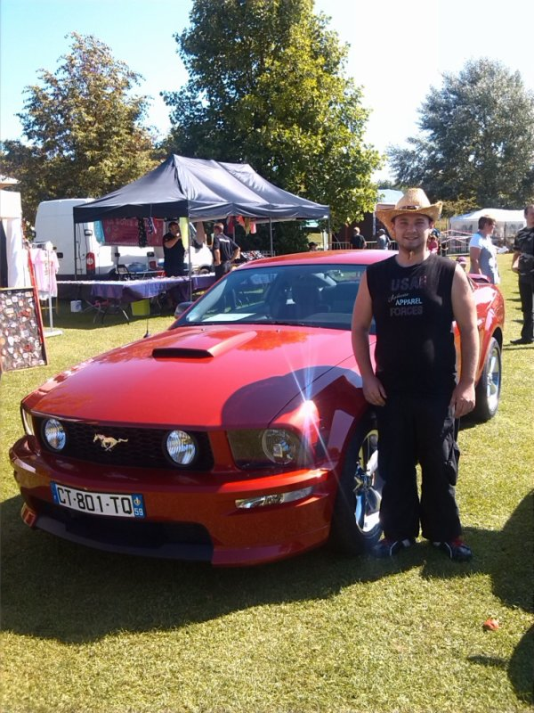 moi a coter d une ford mustang