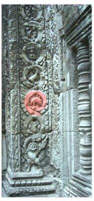 Représentation d'un dinosaure dans un temple au Cambodge.