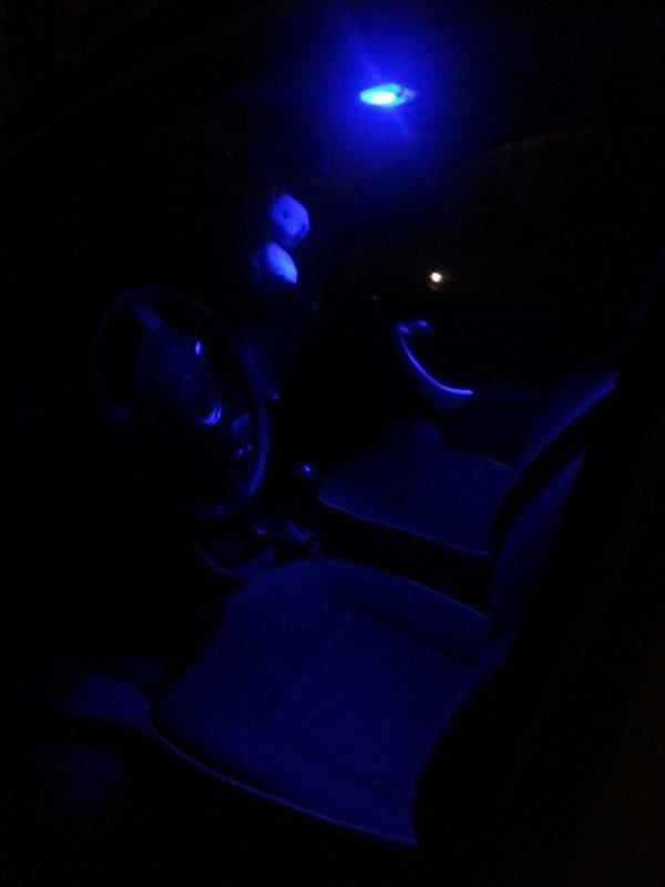 Lumière bleu dans le coffre et a l'intérieur