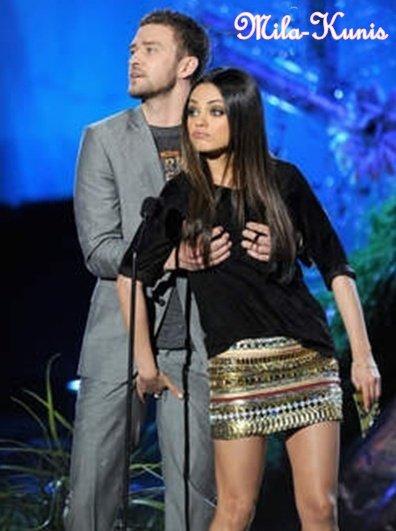 Justin Timberlake pelote Mila Kunis en public