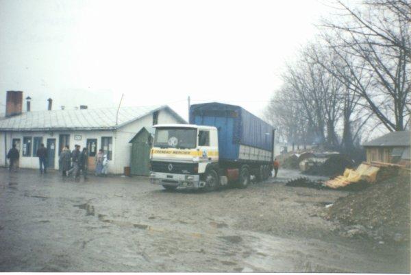 Celui la c'est un vrai, le successeur de l'iveco, la photo est prise dans un camp de réfugier en ex Yougoslavie. au fait c'est un R 365 !!