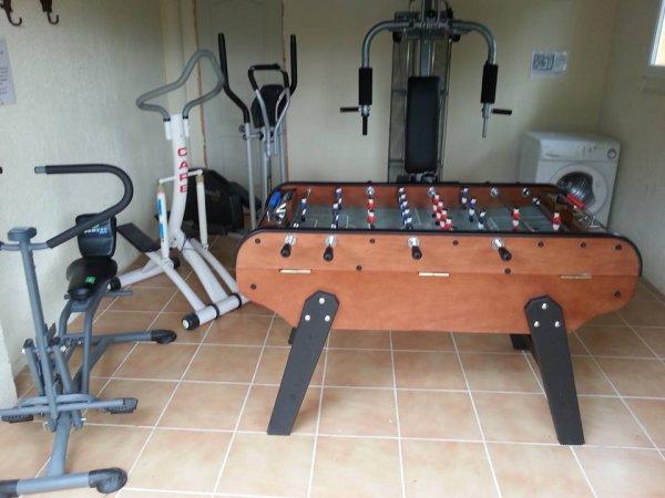 la salle de sport mise a disposition des gites , le nouveau baby foot et la table de pingpong