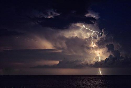 Qui voit l'orage dans les nuées, ne sera pas mouillé !