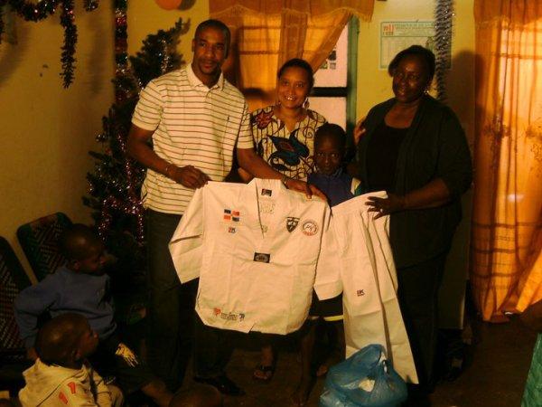 L'ADMK FAIT UNE REMISE DE DOBOK KIMONO AUX ENFANTS DE L'ORPHELINAT ACFA DE BADALABOUGOU AU NOM DU DOUBLE CHAMPION DU MONDE DE TAEKWONDO DABA MODIBO KEITA LE 31 DÉCEMBRE 2010
