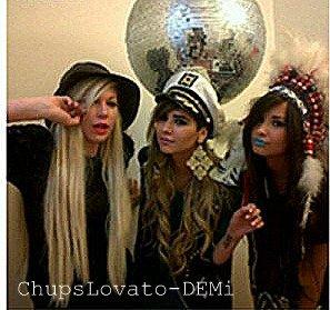 30.06 : Demi L. a passé la soirée, avec ses amies Hannah et Joyce, déguisée.