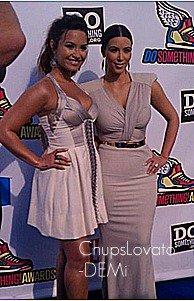 14 Août : Demi L. a été au Do Something Awards. J'aime bien sa robe, et pour une fois elle c' est fait une queue !