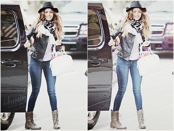 * Le belle Nina à été aperçu descendant d'une voiture dans les rues de New York. *