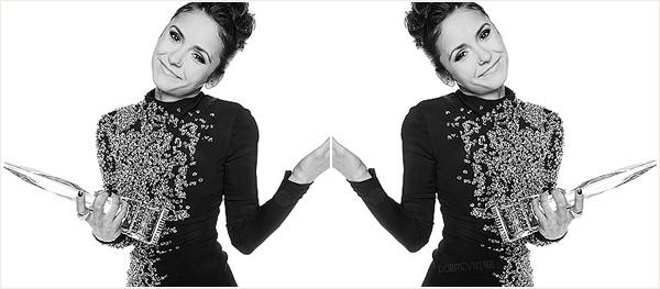 . Sur le rep carpet.. Nina était présente au côté du beau Ian Somerhalder au People's Choice Awards 2014. .