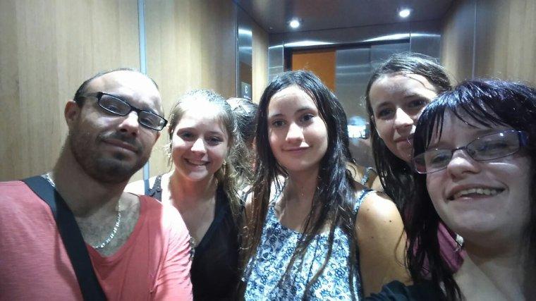 Nous dans l'ascenseur, après être passé sous la pluie en allant à intermarché.