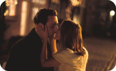 """Je sais que c'est lui que tu aimes, je sais que vous deux, ça va durer longtemps. Je sais que c'est lui qui te rendra heureuse. C'est quelqu'un de bien, il a des dents blanches, un sourire éclatant, il est bien foutu, il a des l'argent, un boulot, il est stable, équilibré, il tient à toi exactement comme il faut. Je fais pas le poids à côté de ça, je suis trop imprévisible, et de toute façon je suis de nouveau arrivé trop tard, comme à peu près pour tout. Je te demande pas de m'aimer. Ni de m'embrasser, ni de penser à moi tout le temps, je veux pas être le premier, celui pour qui tu souris. Je veux juste une toute petite place. Les gens à qui on dit """"Restons amis"""" et qui préfèrent tout abandonner ne comprennent rien, ne ressentent rien. Moi, je veux être ton ami. Je préfère être ton ami, même un simple copain, que rien du tout. Je veux être là pour toi, je veux m'assurer que tu es heureuse, même si ça m'arrache les tripes de te voir dans ses bras et pas dans les miens. Je veux juste être sur que tes yeux pétillent toujours. Juste une petite place, que tu saches que je serais toujours là pour toi."""