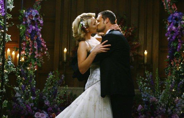 Pour qu'un baiser soit bon il faut qu'il signifie quelque chose, il faut qu'il vienne de quelqu'un qu'on peut pas se sortir de la tête, et de cette façon lorsque les lèvres se touchent, on le ressent partout. Un baiser si torride et si fort qu'on voudrait ne jamais reprendre sa respiration. On ne doit pas rater son premier baiser . Croyez-moi, vous le regretteriez. Parce que quand vous trouverez la bonne personne ce premier baiser, ce sera tout...
