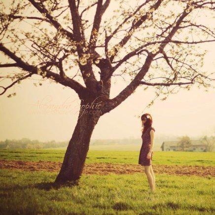 Si j'ai envie de croire que l'âme soeur existe, qu'un jour je vais rencontrer quelqu'un fou amoureux de moi, qui fera l'impossible pour moi, si j'ai envie de penser que je vais être reporter sans frontière, star de cinéma, chasseur de papillons, princesse ou danseuse étoile, si j'ai envie de penser qu'à 95 ans j'aurai posé les pieds sur la terre de chaque pays du monde, si j'ai envie de penser qu'à force de faire semblant d'être heureux on le devient vraiment... Et bien, laissez moi croire. Et foutez moi la paix avec vos histoires d'argent, d'horloges et de réalité. Foutez moi la paix et laissez moi ésperer, laissez moi croire qu'on est pas tous condamnés.