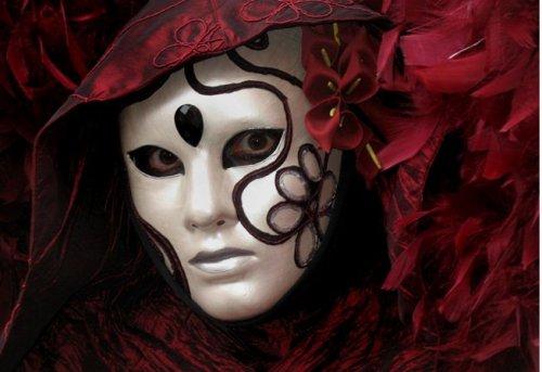 << La société est un bal masqué où tout le monde cache son vrai caractère et le révèle en se cachant >> Ralph Waldo Emerson