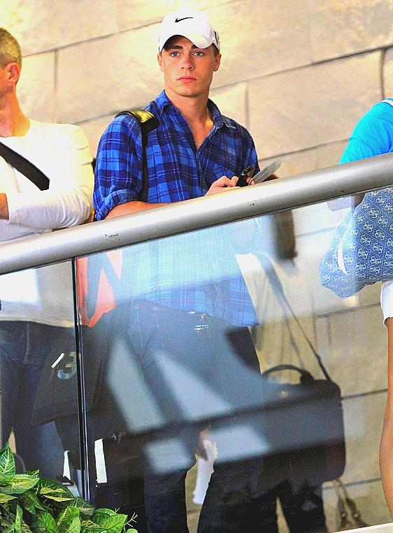 Colton a été repéré pour un vol arrivant à LAX. Il se dirigeait vers New York pour une séance de couverture du magazine Hero.