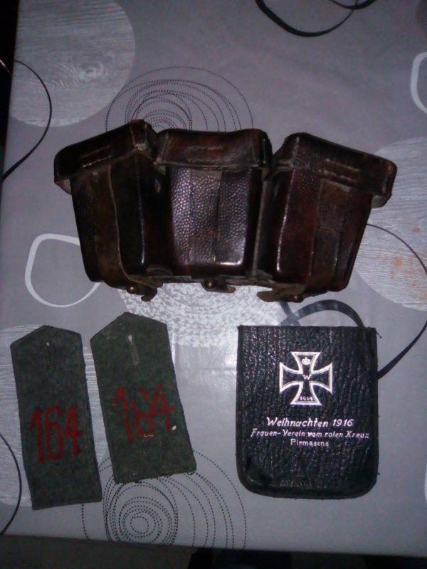 Petite rentrée cartouchière datée de 1915 , pochette pour miroir datée de 1916 , pattes d ' épaules modèle 1914