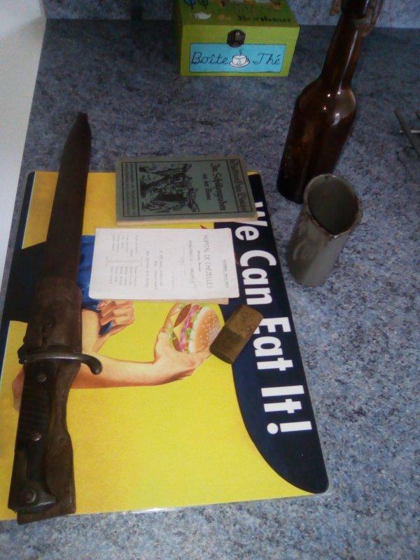 Petite rentrée 1 ( coupe choux datée de 1914 regimentée , bouquin Allemand sur la région de L ' Aisne , quart de 1918 , briquet et bouteille de bière