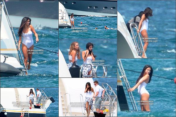 21.Juillet.2014 : Selena est arrivée à Saint-Tropez avec Cara Delevingne, France