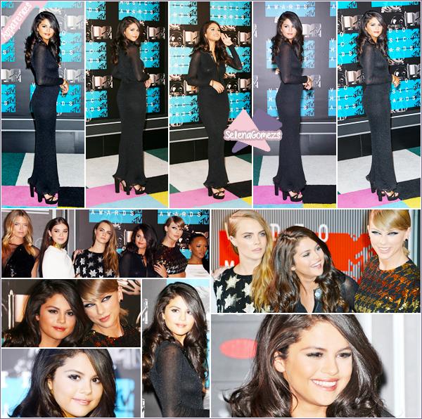 """- 30/08/15 - Selena accompagnée du cast de Bad Blood, étaient présent à la cérémonie des """"Video Music Awards"""" ●● Côté tenue lors son arrivée la tenue est assez classique fermée, mais par la suite on retrouve une belle robe ouverte. Qu'en pensez-vous ? -"""