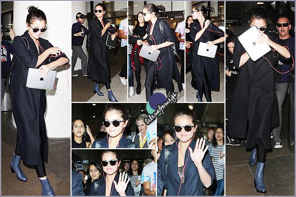 - 28/07/15 - De retour de son séjour à Londres, Selena Gomez, a été vue à l'aéroport de L'AX, à Los Angeles ●● Côté tenue nous retrouvons la même grande veste que la veille qui cache toute la tenue, je donne de nouveau un bof. Qu'en pensez-vous ? -