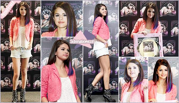 """- 06/01/12 - Notre starlette Selena était au Photocall pour son troisième album """"We Own The Night"""" au Mexique ●● Côté tenue c'était un joli top pour notre Selena, de plus les mèches de couleurs bleu/violet lui vont vraiment bien. Qu'en pensez-vous ? -"""