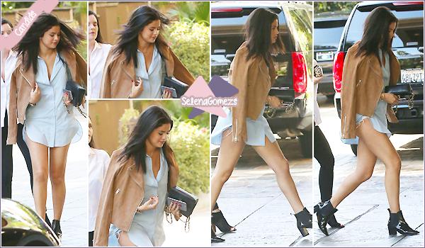 - 31/07/15 - Selena a été vue dans les rues de Beverly Hills où elle a fait du shopping avec son amie Ashley Cook ●● Côté tenue je donne un joli TOP à la belle, cette chemise met en valeur ces jolies jambes, et la tenue globalement lui va bien. Qu'en pensez-vous ? -