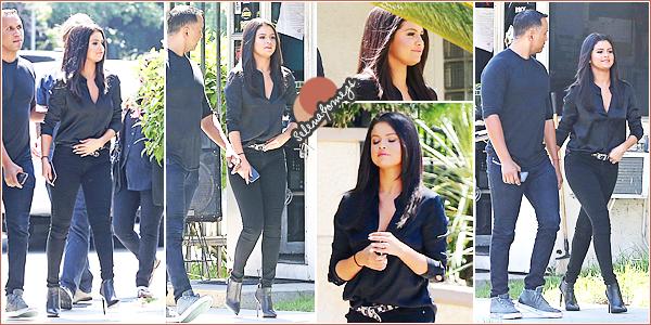 """- 18/06/15 - Selena Gomez s'est rendue à un studio d'enregistrement puis à son cours de Gym, à Los Angeles ●● Après son cours de Gym notre starlette est allée à """"Grabs"""" pour s'acheter un smoothie accompagnée d'une amie. Tenues ? Que des TOPS ! -"""