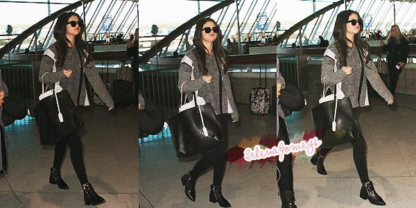 '  12/03/2015 -  Selena a été vue à l'aéroport Charles de Gaulle, à Paris C'est une Selena toute fatiguée que nous retrouvons là, prête à rentrer à la maison '