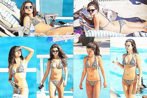 '  28/10/2013 -  Selena était à une piscine extérieure avec ces amies à Miami, en Floride Selena est toute mignonne dans son joli bikini à deux pièces, prête à faire la bronzette avec ses amies. '