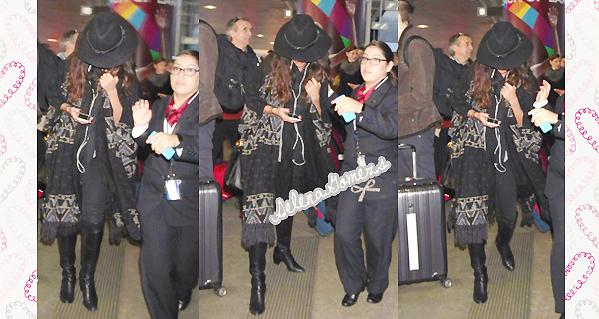 '  03.01.2015 - Selena a été vus arrivant à l'aéroport de LAX Côté tenue Selena se fait discrète. Je donnerais donc un bof pour cette petite apparition '
