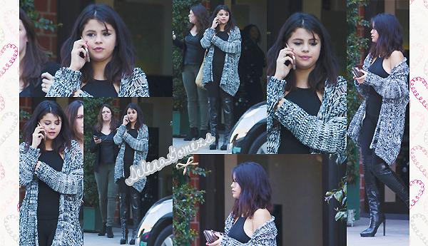 '  15.01.2015 - Selena à été vue sortant d'un restaurant à Beverly Hills  Côté tenue, on retrouve une Selena pratiquement vêtue tout de noir. J'aime beaucoup son gilet, je dirai un TOP '