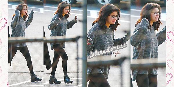 """'  17/18.01.2015 - Selena a passée ses deux jours sur le set de """"The Revised Fundamentals of Caregiving"""" à Atlanta Selena de nouveau de sortie nous a fait deux petits TOP, certes les tenues sont simples mais jolies. J'adore ses lunettes. '"""