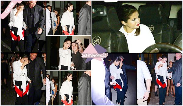 - 19/08/15 - Selena nous fait un vrai marathon, elle a été encore vue sortant de son hôtel toujours à New York City ●● Côté tenue je donnerai un petit bof à notre Starlette, je trouve cette tenue assez spéciale mais elle l'a porte très bien. Qu'en pensez-vous ? -