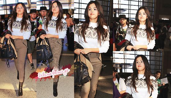 '  09/03/2015 -  Selena a été vue à l'aéroport des LAX, à Los Angeles C'est une Selena toute souriante que nous retrouvons là, prête pour un séjour en France '