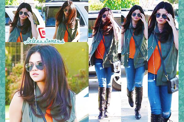 '  09.04.2013 - Selena a été vue ce baladant dans les rues de Calabasas, en Californie Côté tenue je donne un TOP pour notre belle Selena. Ces lunettes sont vraiment superbes '