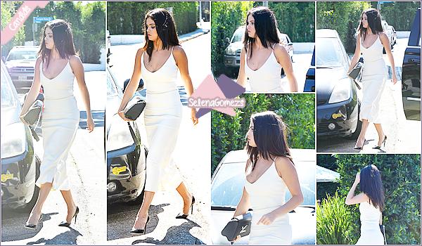 - 16/08/15 - Selena a été vue arrivant au Jennifer Klein's Day Of Indulgence Summer Party, situé à BrentWood ●● C'est une Selena vêtue d'une robe blanche toute simple mais élégante que nous retrouvons en ce jour, sa reste un TOP. Qu'en pensez-vous ? -
