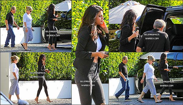 18.Juin.2014 : Selena est allée au restaurant avec ces grands-parents